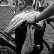 なぜ介護職員の給料は低い?
