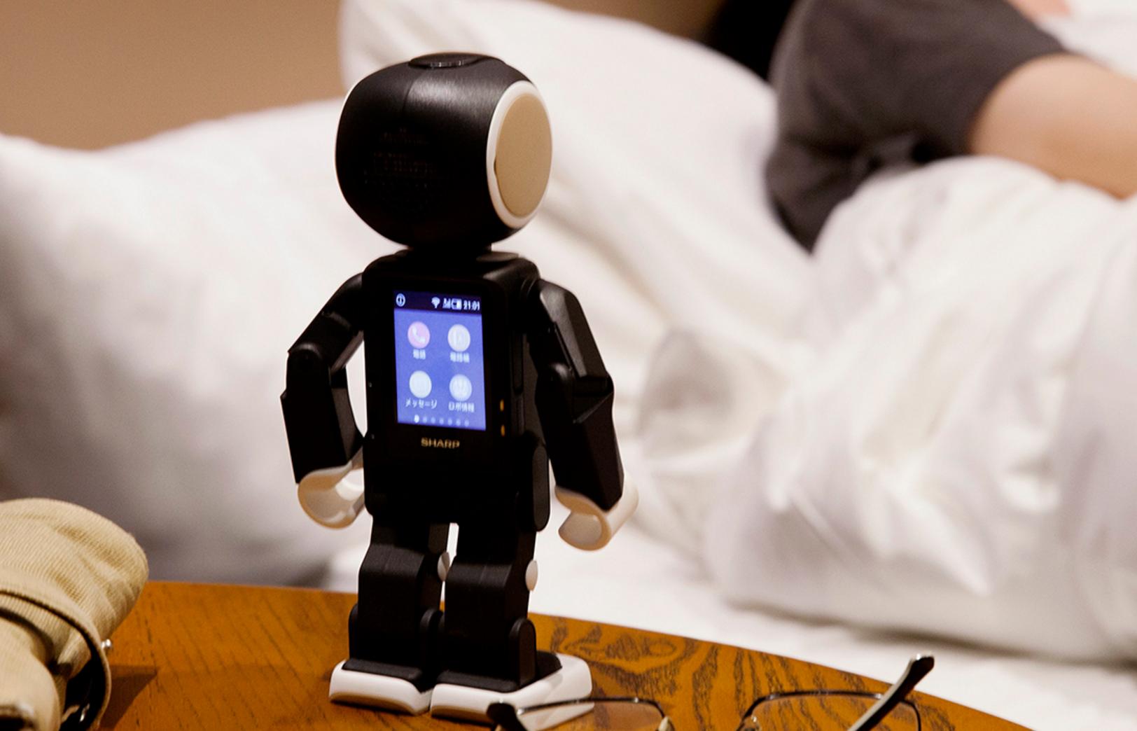 シャープから発売されるロボット型スマホ「ロボホン」の性能や機能、スペックや価格を紹介