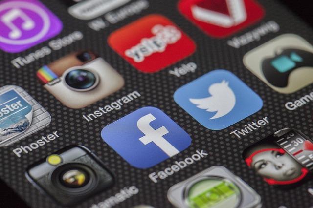 Instagram(インスタグラム)の投稿で改行する方法とは?メモ帳に書いても出来ない人は「.」で!
