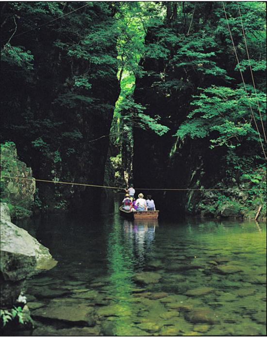 秘境中の秘境、猿飛から二段滝へ舟で渡る