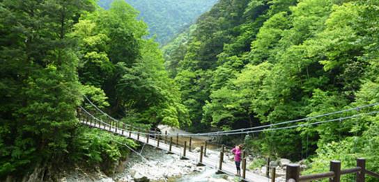 三段峡の最大の見どころ、黒淵まで遊歩道を歩く