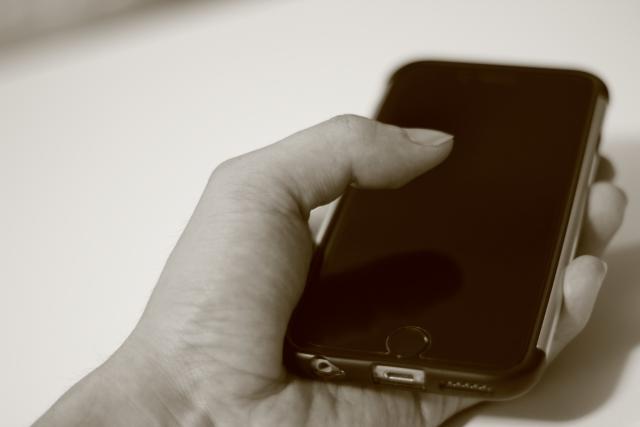 ガラケーと格安SIMスマホの2台持ちがお得!月々の携帯料金支払いの比較