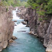 涼しげな渓流美と「空飛ぶ団子」の厳美渓